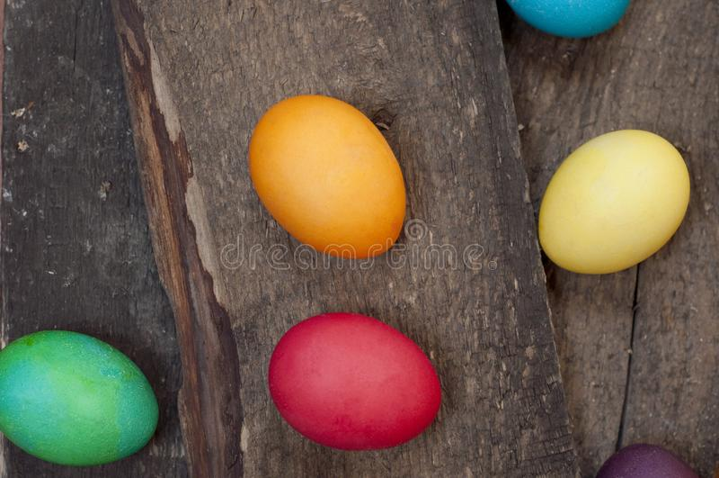 Teint chiken des oeufs sur un fond en bois foncé photographie stock