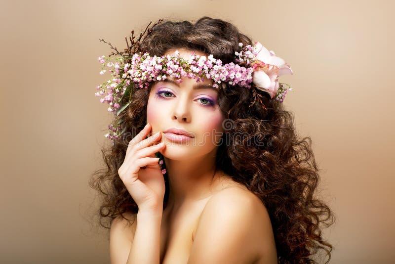 Teint. Jeune femme chique avec la coiffure bouclée - images stock