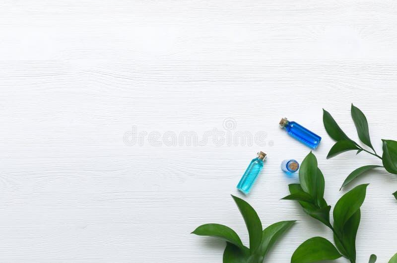 Teinture bleue d'huile d'essence sur le fond en bois blanc photo stock