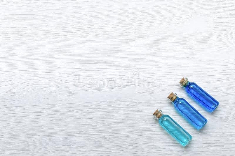 Teinture bleue d'huile d'essence sur le fond en bois blanc photographie stock
