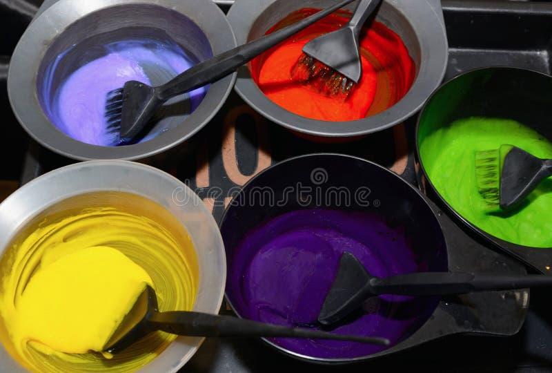 Teinture capillaire dans des cuvettes Coloration de cheveux photographie stock libre de droits