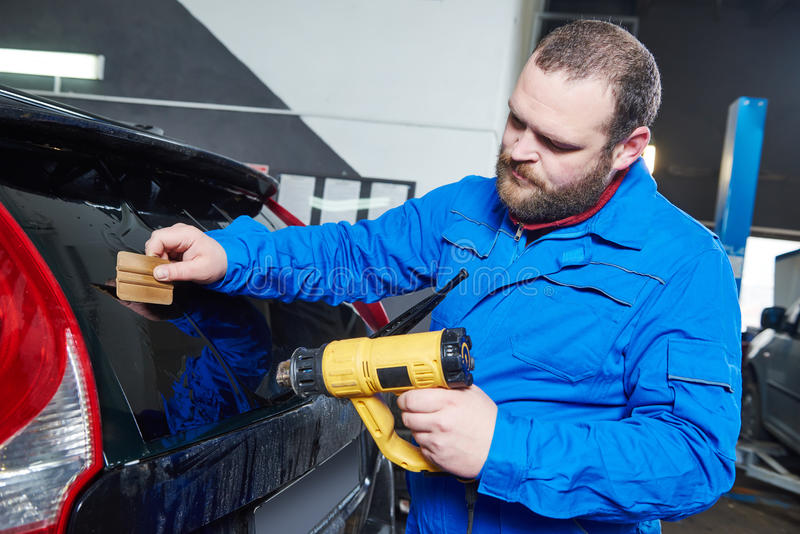 Teinture de voiture Technicien de mécanicien d'automobile appliquant l'aluminium photographie stock libre de droits