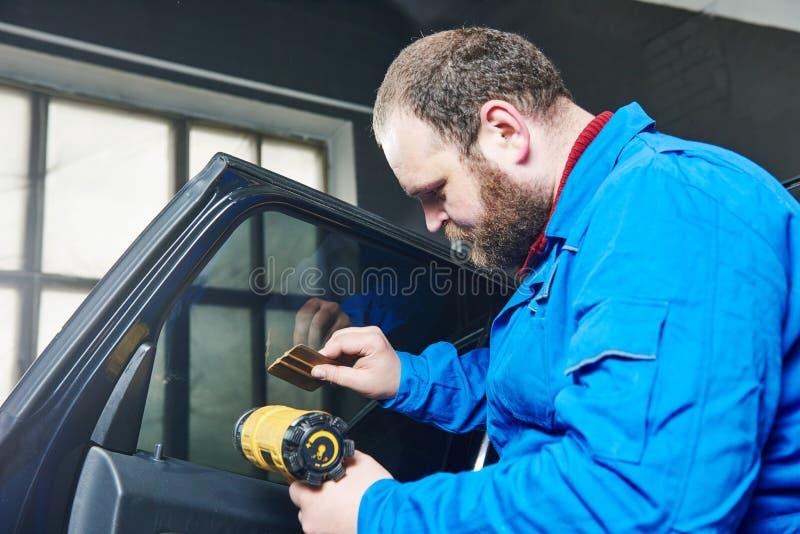 Teinture de voiture Technicien de mécanicien d'automobile appliquant l'aluminium photographie stock