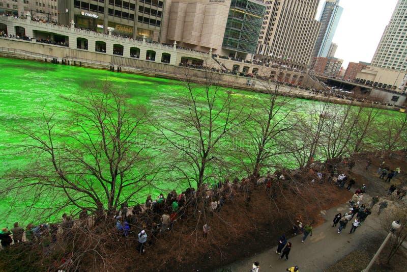 Teinture du fleuve de Chicago le jour de rue Patrick photos stock