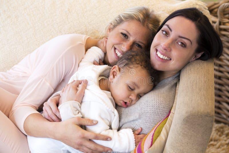 Tej samej płci para snuggling z ich dziecko synem zdjęcia royalty free