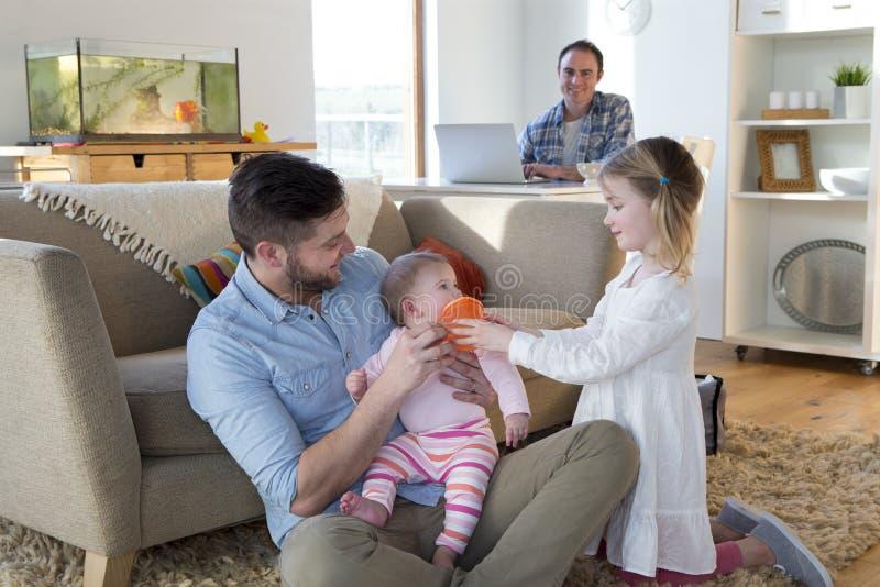 Tej samej płci para z córkami w domu zdjęcie royalty free