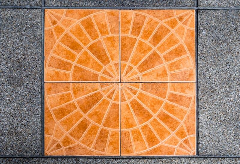 Teja anaranjada de la decoración y piso gris del mortero foto de archivo libre de regalías