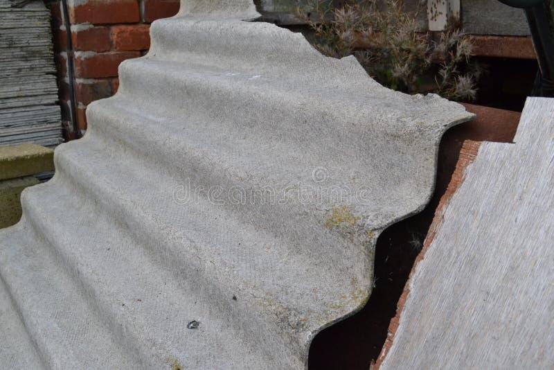 Teja de tejado del amianto fotos de archivo libres de regalías
