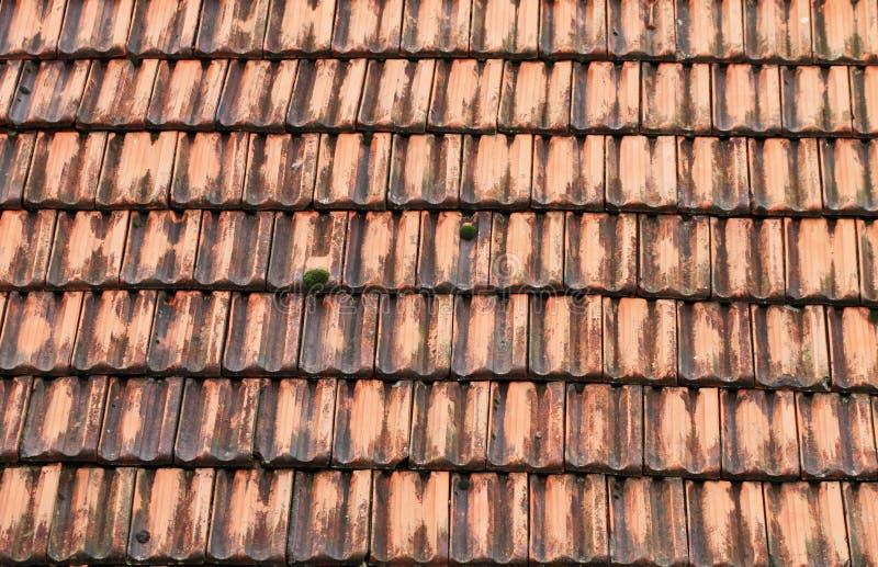 Teja de tejado vieja imagen de archivo