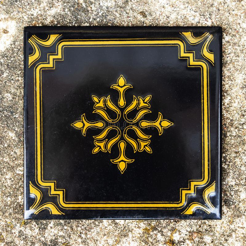 Teja negra con un ornamento del oro, forma cuadrada Capa vieja fotos de archivo