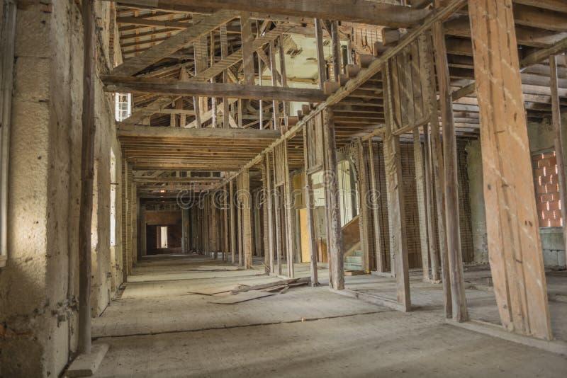 Tejado abandonado viejo del sanatorio en Portugal fotografía de archivo