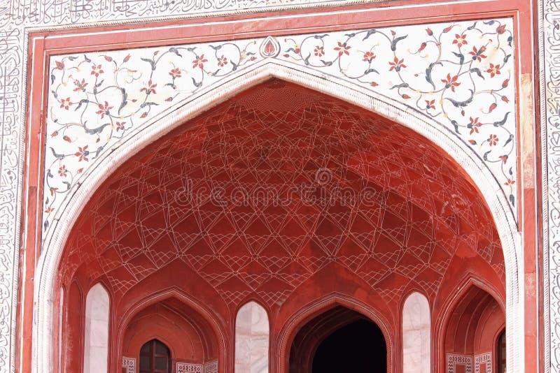 Tejado adornado de la entrada principal al sitio de Taj Mahal en Agra, la India foto de archivo libre de regalías