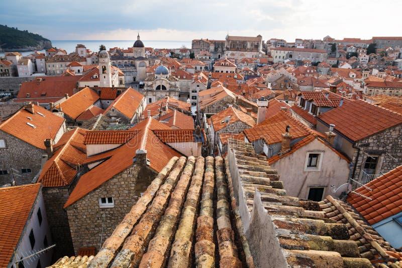 Tejado antiguo con vista de la ciudad vieja Dubrovnik con las torres de iglesia y el océano, Croacia foto de archivo libre de regalías