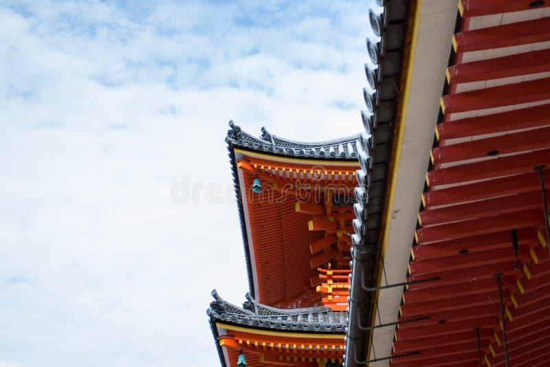 Tejado bermellón de la pagoda japonesa contra el cielo azul fotografía de archivo