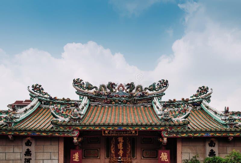 Tejado chino colorido con las esculturas del dragón, Wat Mangkon del templo fotografía de archivo libre de regalías