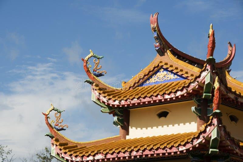 Tejado chino del templo en luz del sol imagenes de archivo