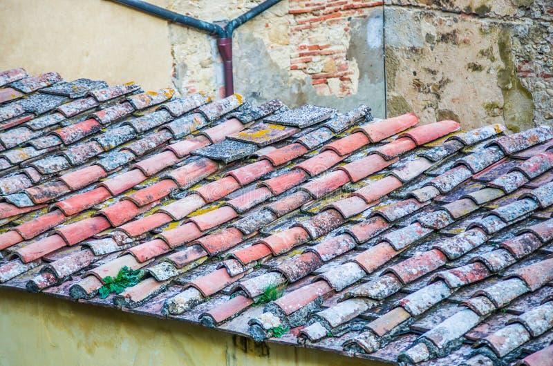 Tejado con el tejado del ladrillo de una casa vieja imágenes de archivo libres de regalías