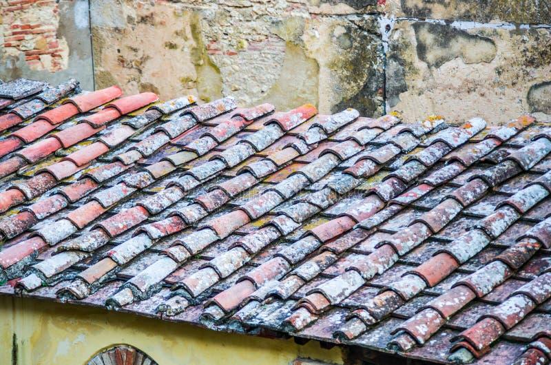 Tejado con el tejado del ladrillo de una casa vieja fotos de archivo