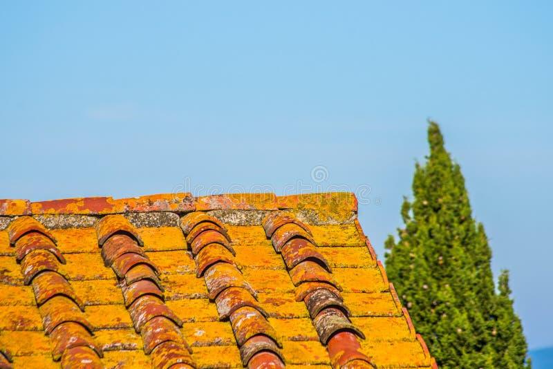 Tejado con el tejado del ladrillo de una casa vieja imagenes de archivo