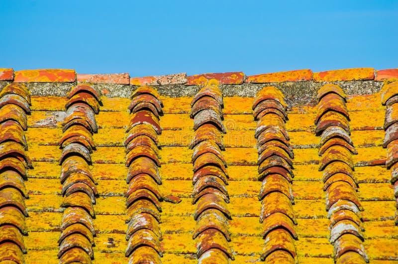 Tejado con el tejado del ladrillo de una casa vieja fotografía de archivo