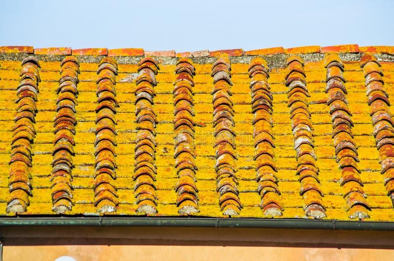 Tejado con el tejado del ladrillo de una casa vieja foto de archivo libre de regalías
