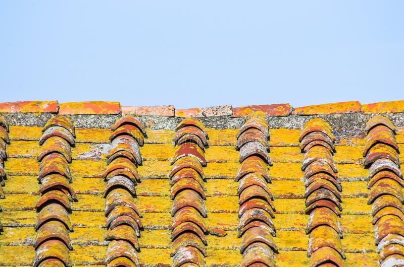 Tejado con el tejado del ladrillo de una casa vieja fotografía de archivo libre de regalías