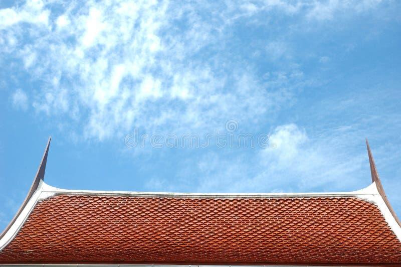 tejado de la casa tailandesa en el cielo azul foto de archivo