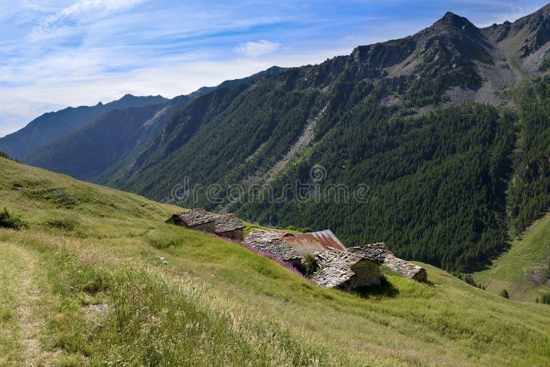 Tejado de la casa vieja con la opinión sobre las montañas Paisaje alpino adelante imagenes de archivo