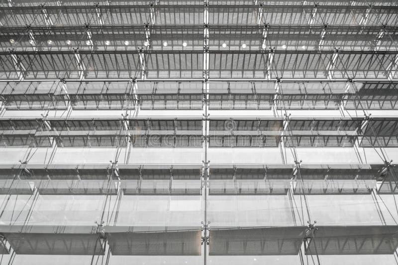 Tejado de la estructura de acero del edificio de oficinas Fachada de cristal su de Windows fotos de archivo libres de regalías