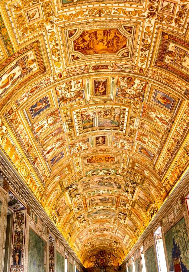 Tejado de lujo de la arquitectura dentro del Vaticano basílico imagen de archivo libre de regalías