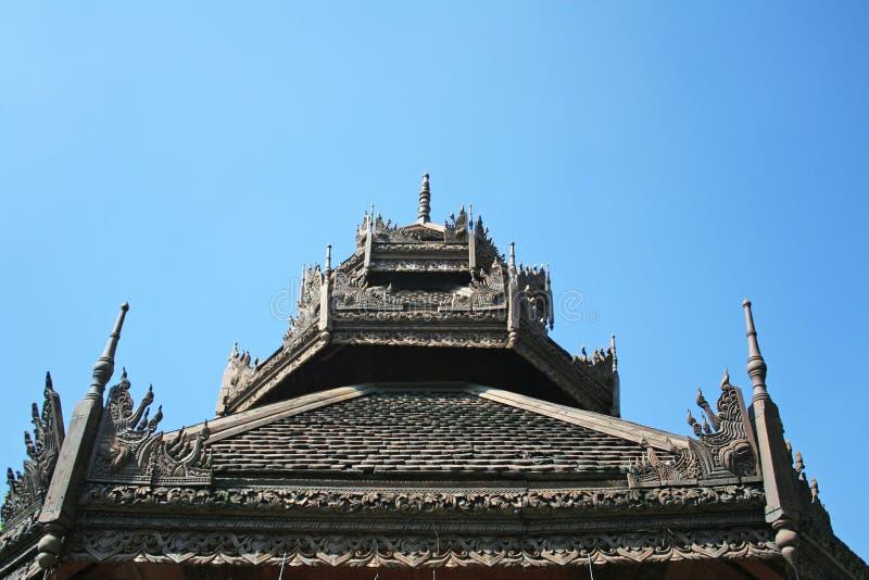 Tejado de madera en el templo de Lok Molee en el cielo azul hermoso en Chiang Mai, Tailandia Wat Lok Molee es un templo antiguo,  fotos de archivo