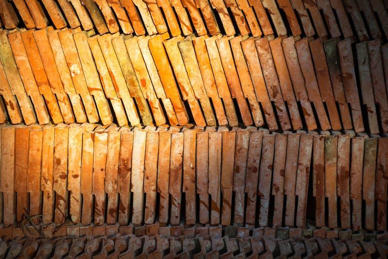 Tejado de teja antiguo tailandés de la terracota imagen de archivo libre de regalías