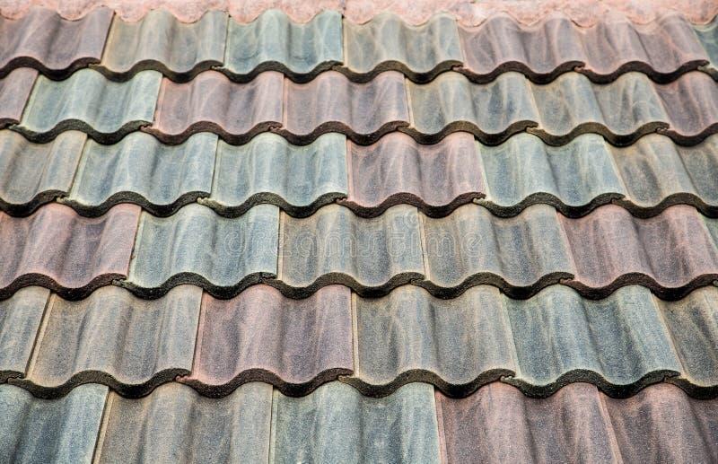 Tejado de teja del cemento imagen de archivo