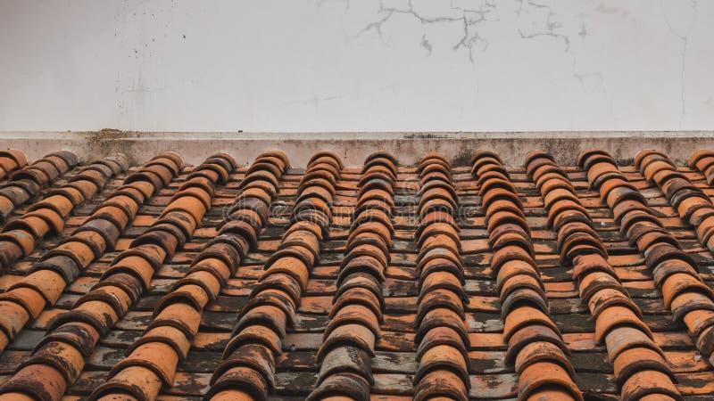 Tejado de teja del templo budista fotos de archivo