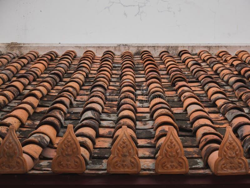 Tejado de teja del templo budista foto de archivo libre de regalías