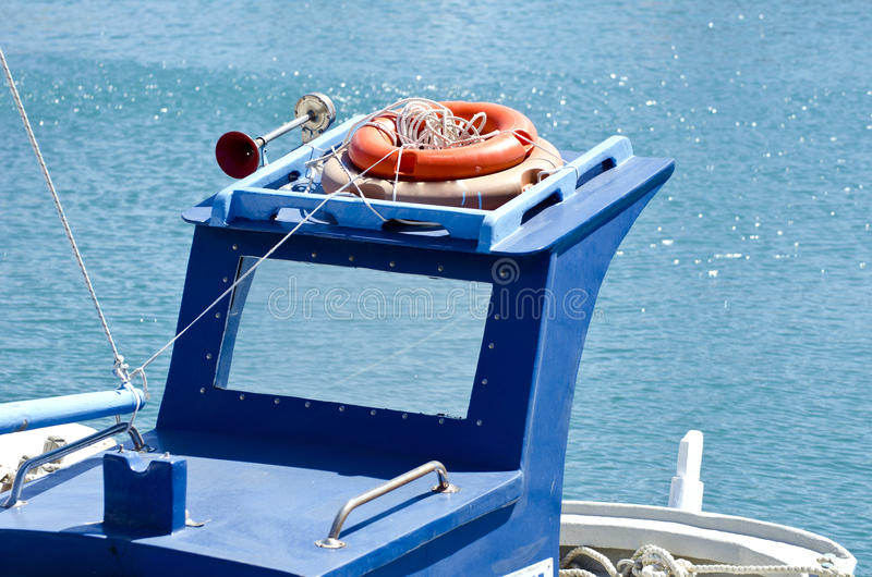 Tejado de un barco azul con salvavidas anaranjados imágenes de archivo libres de regalías