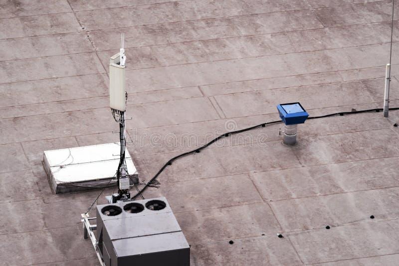 Tejado de un edificio comercial con unidades externas de los sistemas comerciales del aire acondicionado y de ventilación, antena foto de archivo