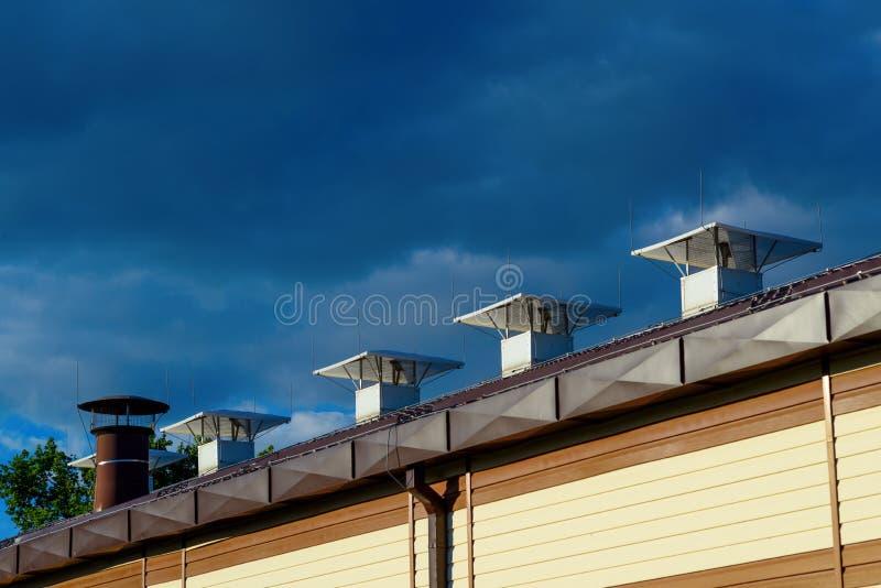 Tejado del edificio y de los tubos de la ventilación imagen de archivo