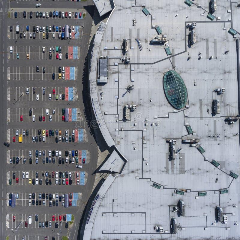 Tejado del supermercado y muchos coches en el estacionamiento, visto desde arriba imagen de archivo libre de regalías