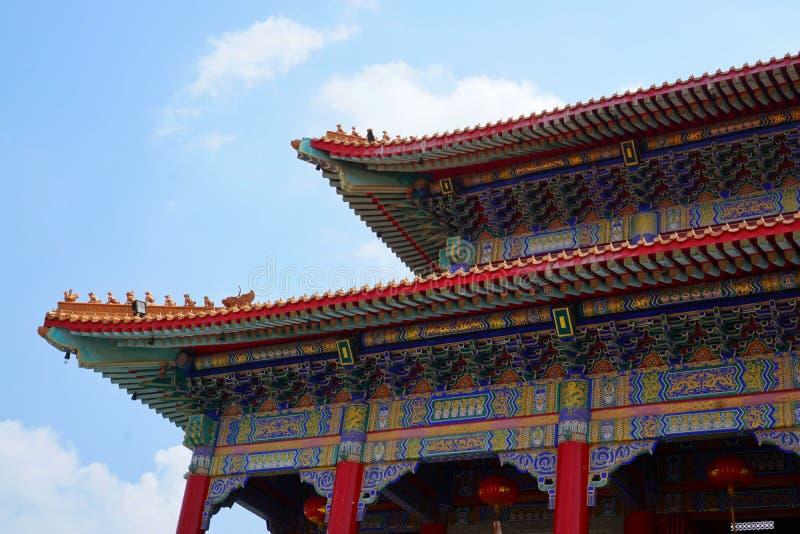 Tejado del templo chino en el cielo azul y la nube como fondo imágenes de archivo libres de regalías