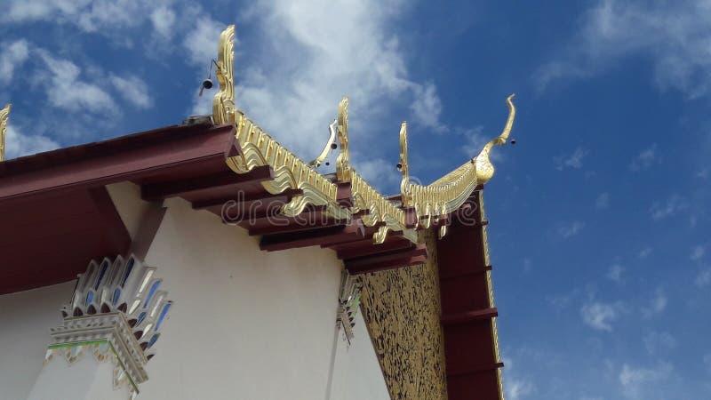 Tejado del templo y cielo claro en Tailandia WatPradhatchohar imagen de archivo