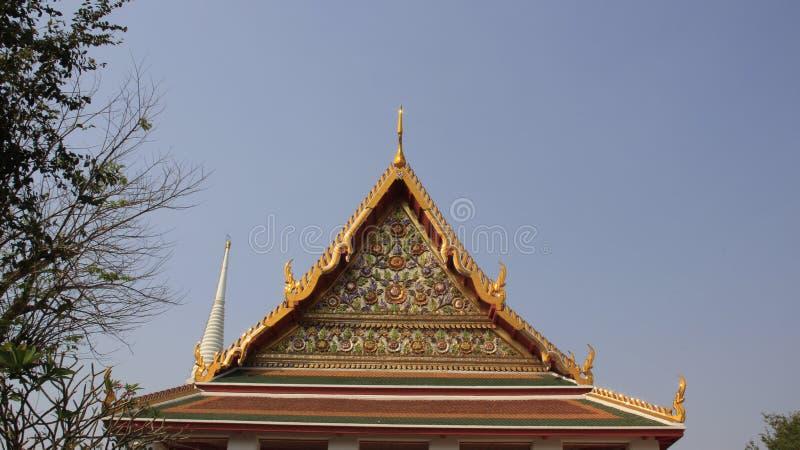 Tejado del templo y el frontón adornado con arte tailandés adornado foto de archivo