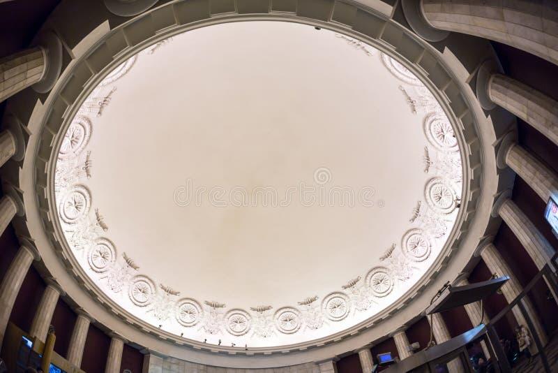 Tejado del tragaluz o techo de cristal curvado de la bóveda con acero de la estructura geométrica en estilo contemporáneo moderno imagen de archivo