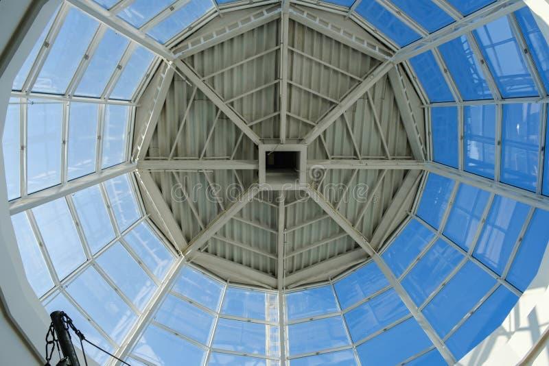 Tejado del tragaluz o techo de cristal curvado de la bóveda con acero de la estructura geométrica en estilo contemporáneo moderno imagenes de archivo