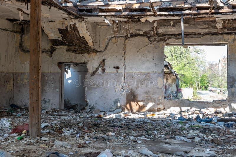 Tejado derrumbado de la casa nacional dañada total interior de desastre natural o de catástrofe con la pintura y el yeso pelado imagen de archivo libre de regalías