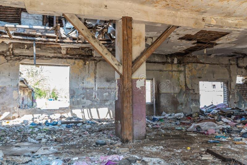 Tejado derrumbado de la casa nacional dañada total interior de desastre natural o de catástrofe con la pintura y el yeso pelado imagen de archivo