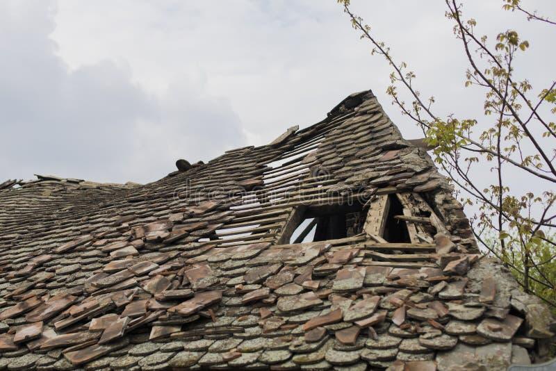 tejado devastado viejo de la casa fotografía de archivo