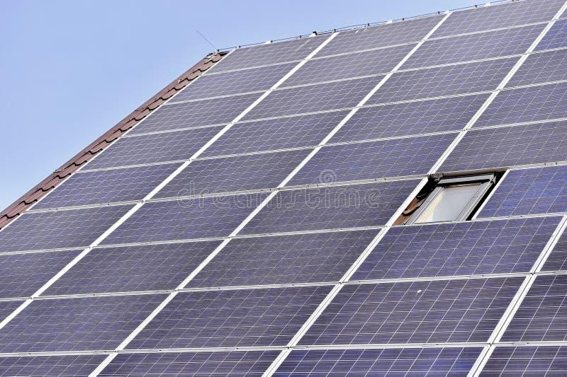 Tejado fotovoltaico de la energía renovable imagen de archivo
