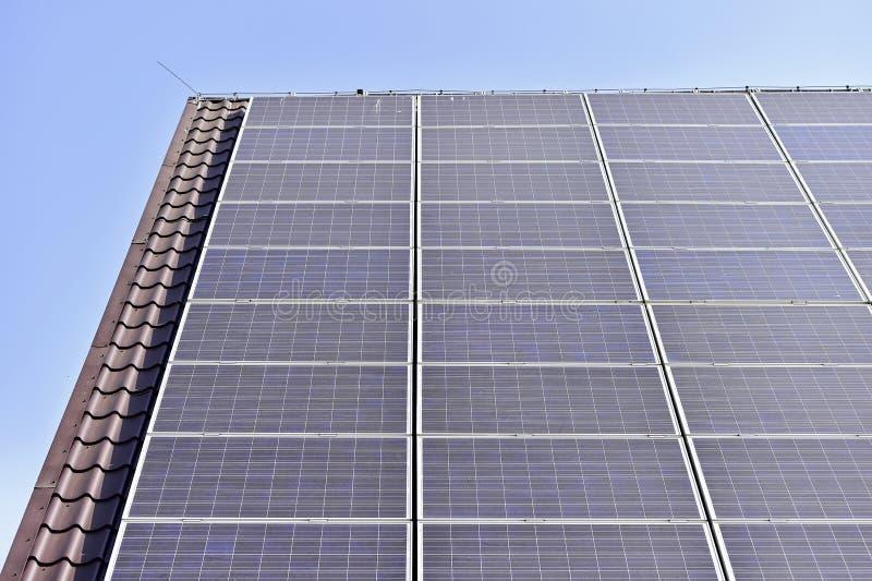 Tejado fotovoltaico de la energía renovable fotos de archivo