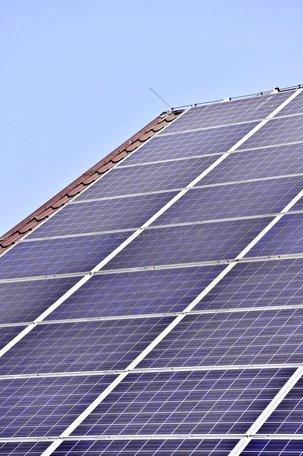 Tejado fotovoltaico de la energía renovable fotos de archivo libres de regalías